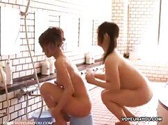 Chicas sexy se lavan xxx de corte y se visten en el baño