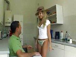 Chica follada porno mom en el baño sucio.