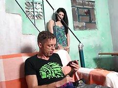 Chica lesbianas desnudas en un agente de abrigo rojo comete adulterio en la Villa